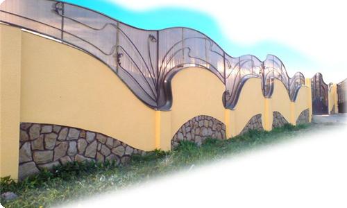 Забор из бетона обеспечивает надежность конструкции, ее долговечность и красивый декор.