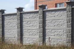 Монтаж такой конструкции требует больших усилий, ведь вес одного бетонного столба может составлять 70-80 кг, а это немало.