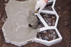 Заливка формы для бетонной дорожки