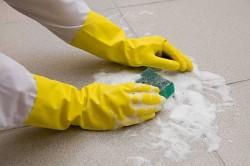 Очистка плитки от застарелого цемента
