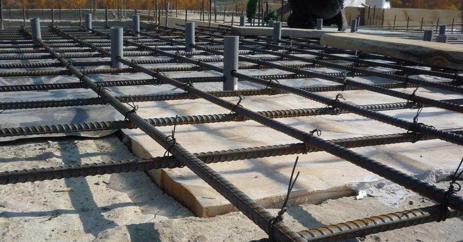 Для качественного сцепления бетона и стали советуется использовать ребристую арматуру.