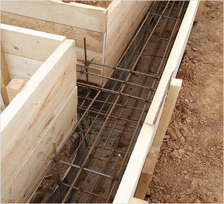 При строительстве ленточных фундаментов для повышения прочности используют арматуру.