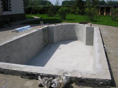 Заливка бассейна бетоном предполагает поэтапную заливку бетоном: сначала чаши бассейна, а затем его стены.