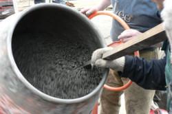 Перемешивание смеси в бетоносмесителе