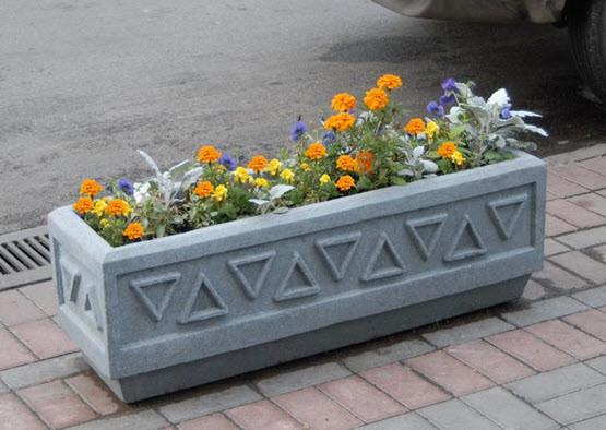 Вазоны из бетона могут украсить любой участок. Они отлично вписываются в ландшафтный дизайн.