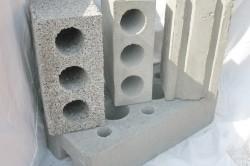 Видов бетонных блоков огромное количество, использовать которые стоит в зависимости от особенностей строящегося дома.