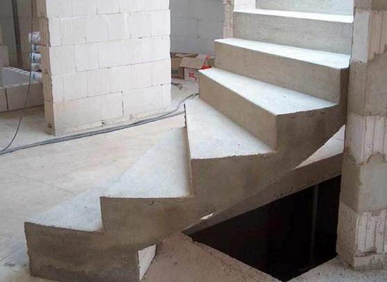 Бетонные лестницы всегда считались самыми надежными и долговечными. Бетонную лестницу можно сделать своими руками.