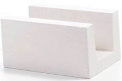 Пеноблоки U-образного вида зачастую используются в качестве основания конструкции, так как в канавку этих блоков легко установить металлический каркас.