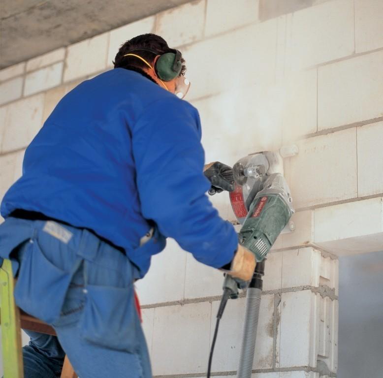 Для того, чтобы резать бетон на небольшую глубину используют болгарку.