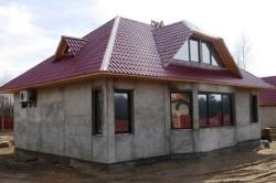 Преимуществ у монолитного бетонного дома много, среди них быстрое возведение, хорошая шумо- и звукоизоляция, а также форма и этажность дома может быть любой.
