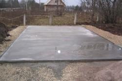 Монолитный (плитный) фундамент подходит для слабых грунтов, так как способен перемещаться вместе с породой.
