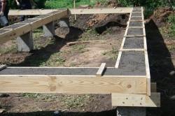 Свайный фундамент отлично подходит для слабых грунтов и тяжелых построек.