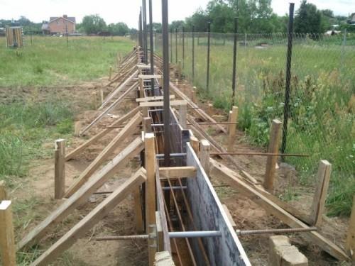 Чтобы будущий забор прослужил долгие годы, необходимо сделать крепкий и надежный фундамент.