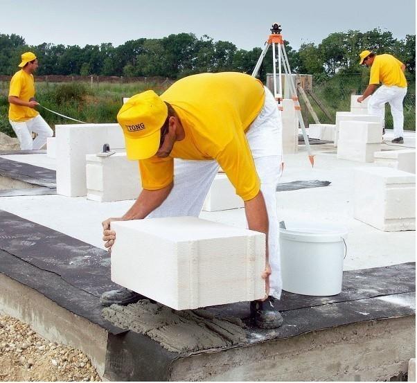 Начать кладку стен из газобетонных блоков можно прямо на фундамент.