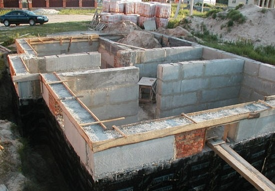 Очень важно при строительстве фундамента обратить особое внимание на гидроизоляцию. Иначе грунтовые воды разрушат фундамент и Ваш дом может развалиться.