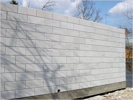 Газобетонные блоки очень часто используются при строительстве стен. Он является заменителем кирпича.