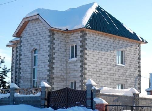 На сегодняшний день большим спросом при строительстве домов пользуется газобетон.