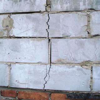 В процессе высыхания на стенах из газобетона начинают появляться трещины, которые со временем только расширяются.