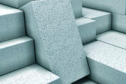 Газосиликатные блоки обладают рядом преимуществ, среди которых простота кладки и состыковки, низкая теплопроводность.