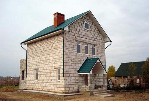 Дома, в строительстве которых использовались газосиликатные блоки, получаются прочными, надежными, теплыми и безопасными для здоровья людей.