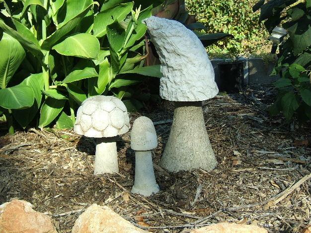 Бетонный гриб для украшения участка