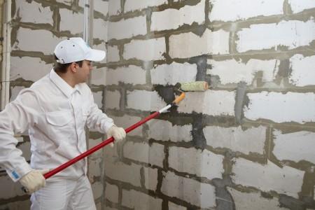 Грунтовка стен после очистки