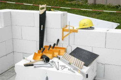 Инструменты для работы с газобетоном: угольник, штроборез, киянка, шлифовальная доска (терка), ножовка, уровень, ковши-кельмы.
