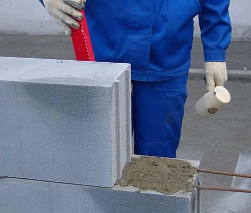 Корректировка блока при кладке стены
