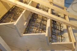 Перед заливкой бетоном, вся конструкция лестницы должна быть укреплена железными прутьями.