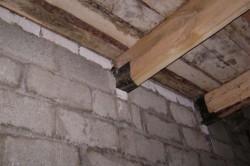 Крепление деревянной балки в каменной стене.