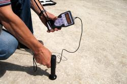Во время проверки прочности бетона методом ударного импульса прибор измеряет энергию, образующуюся при ударе бойка о поверхность бетона.
