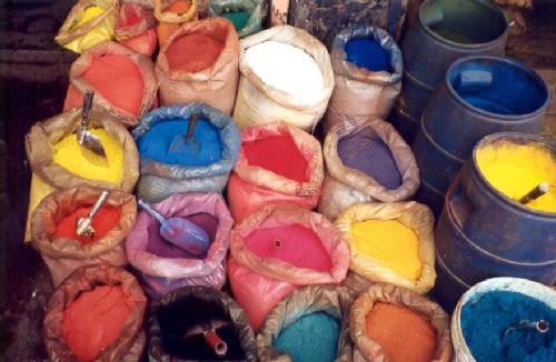 Красители для бетона могут быть кислотными, на водной основе, специальные красящие примеси и др.