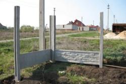 Процесс монтажа бетонных столбов.
