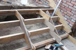 Первый этап монтажа бетонной лестницы – изготовление опалубки.