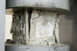 Определение прочности бетона под прессом