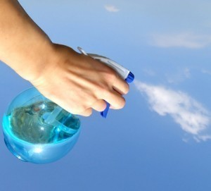 Для того, чтобы уберечь газобетон от быстрого высыхаения его следует опрыскивать водой.