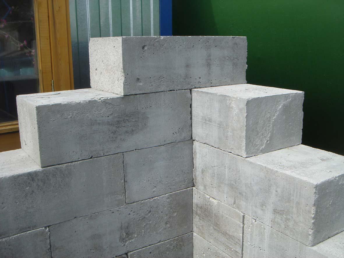 Пенобетонные блоки используются для возведения стен домов и перегородок.