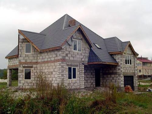 Дом, для строительства которого использовались пеноблоки, возводится быстро, легко и получается надежным и теплым.