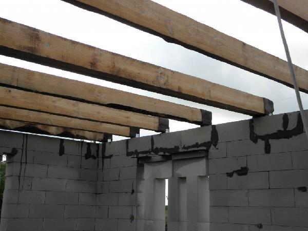 Перекрытия из деревянных балок в доме из газобетона