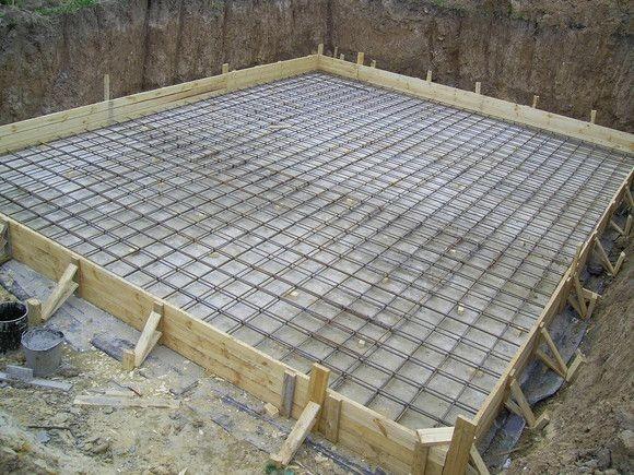 Плитный фундамент – монолитная железобетонная плита, расположенная под всем домом.