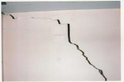 Трещина в стене из штукатурки возникает из-за неправильных пропорций раствора, плохом уходе после оштукатуривания.