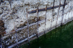 Вода способна повредить бетонную конструкцию. Она проникает внутрь слоев, а зимой превращается в лед, из-за чего бетон деформируется, и на нем. появляются трещины.