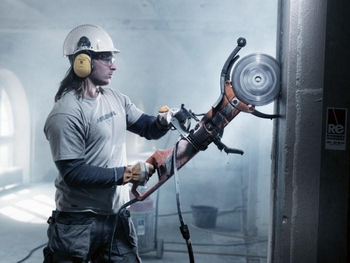 В повседневной жизни зачастую приходится резать бетон: при демонтаже зданий, при корректировке размера материала и т.д.