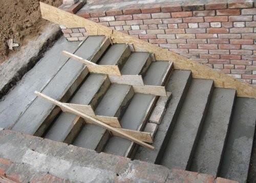 Бетонная лестница.