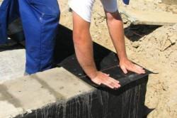Для горизонтальной гидроизоляции фундамента используют рубероид.