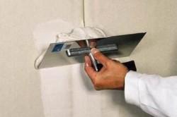 Трещина в стене из гипсокартона возникает из-за неправильного возведения каркаса, сырости в помещениях и температурных перепад.
