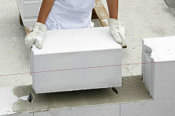 Пенобетонный блок изготавливается из цемента, песка, извести и воды.