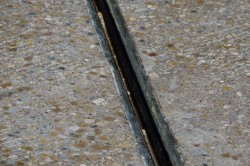 Температурный шов в бетоном полотне