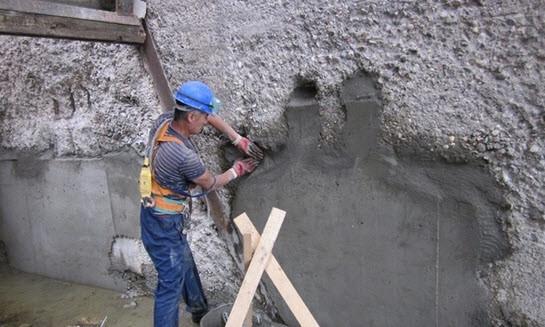 Бетонные конструкции, несмотря на всю свою внешнюю прочность, подвергаются различным внешним воздействиям и разрушаются. Восстановление защитного слоя бетона продлевает жизнь таких конструкций.