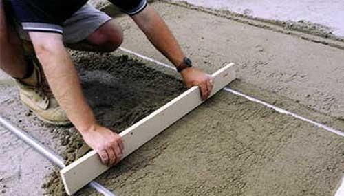 Выравнивание поверхности бетонного пола правилом